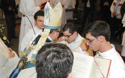 Bispo de Angra ordena dois diáconos