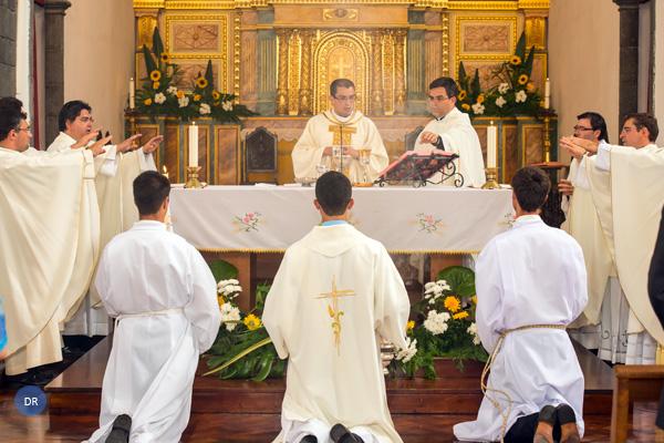 alusiva_Pe-Pedro-Aguiar-o-sacerdote-mais-novo-da-diocese-Missa-Nova-na-Igreja-onde-foi-batizado