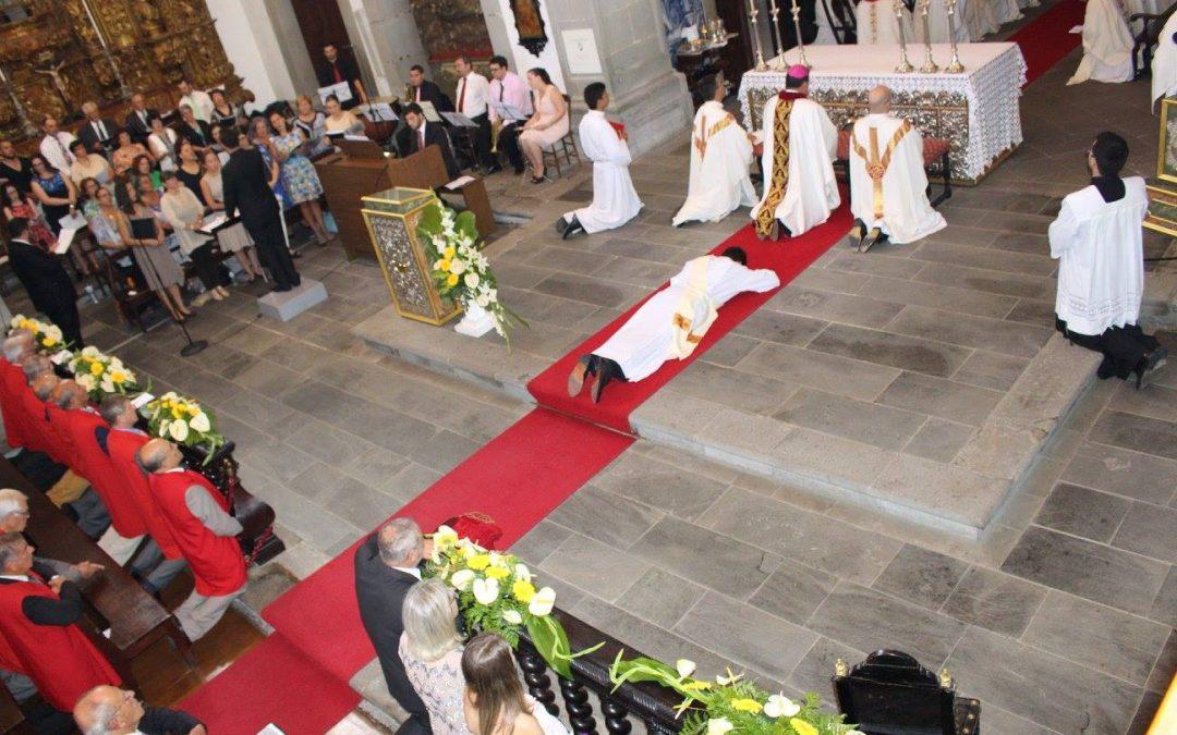 Bispo de Angra desafia novo sacerdote a ser um padre do seu tempo