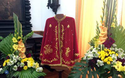 """Capa que a imagem do Senhor Santo Cristo """"vestirá"""" foi oferta de um seminarista do Seminário de Angra"""
